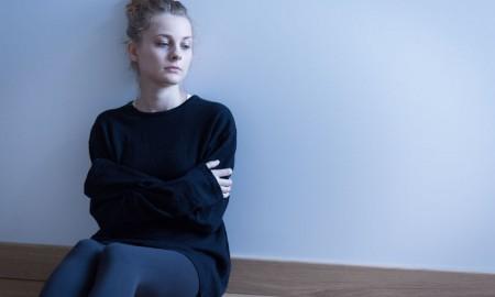 Angststörung Frau sitzt und grübbelt