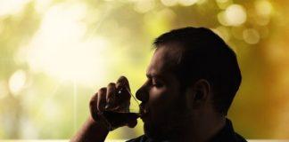 Mann trinkt
